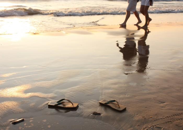 Caminando por la playa 700x500 1 - Curso de atencion plena mindfulness nivel 1